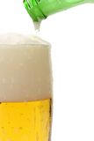 birra che versa in vetro Fotografia Stock