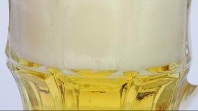 Birra chiara di versamento in vetro video d archivio