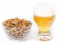 Birra con i cracker salati Fotografia Stock