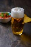 Birra con i nacho e la salsa fotografie stock