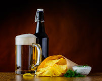Birra con il sacco di carta dei chip e della immersione Fotografia Stock Libera da Diritti