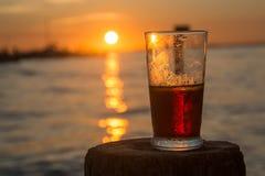 Birra con il tramonto Immagini Stock