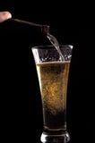Birra con il versamento della bottiglia da birra Immagini Stock