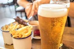 Birra con l'alimento del barbecue al ristorante Fotografie Stock