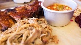 Birra con l'alimento del barbecue Costole, carne di maiale tirata, fagioli Fotografia Stock