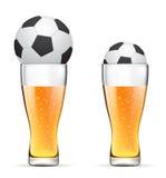 Birra con la sfera di calcio Fotografie Stock Libere da Diritti
