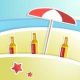 Birra con schiuma sul contatore della barra Ricorso tropicale Fotografia Stock