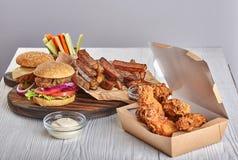 Birra degli hamburger del pollo fritto immagini stock libere da diritti