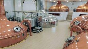 Birra del deposito dei contenitori della fabbrica ad una fabbrica di birra moderna stock footage