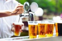 Birra del disegno dell'uomo Fotografie Stock Libere da Diritti
