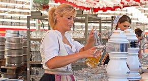 Birra del servizio della cameriera di bar al Oktoberfest Immagini Stock