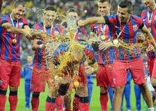 Birra del tiro dei giocatori di Steaua su Iasmin Latovlevici Immagine Stock