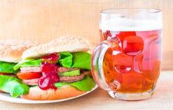 Birra deliziosa della tazza dell'hamburger del manzo Fotografia Stock
