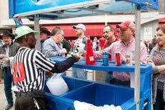 Birra dell'affare della gente dal venditore all'aperto all'evento di sport dell'istituto universitario Immagine Stock