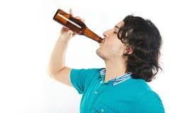 Birra della bevanda dell'uomo con piacere immagine stock