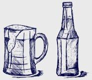 Birra della bottiglia e della tazza royalty illustrazione gratis