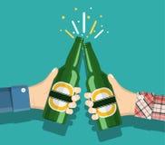 Birra della bottiglia della tenuta della mano Immagine Stock Libera da Diritti