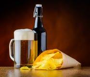 Birra della tazza e patatine fritte Fotografia Stock Libera da Diritti