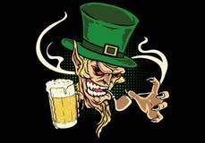 Birra della tenuta del leprechaun Fotografie Stock Libere da Diritti
