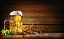 Birra di Oktoberfest con grano ed il luppolo fotografia stock