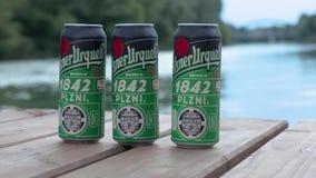 Birra di Pilsner Urquell di estate video d archivio