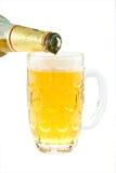 Birra di versamento Immagini Stock