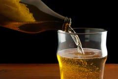 Birra di versamento Fotografie Stock