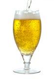 Birra di versamento immagini stock libere da diritti