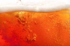 Birra di versamento. grande priorità bassa eccellente Fotografia Stock
