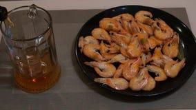 Birra di versamento Birra leggera fredda Birra del mestiere gambero video d archivio