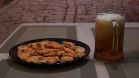 Birra di versamento Birra leggera fredda Birra del mestiere gambero archivi video