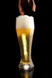 Birra di versamento in vetro Immagine Stock
