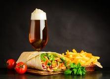 Birra di vetro con il panino e le fritture di Shawarma Fotografia Stock
