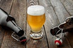 Birra di vetro con la bottiglia vuota due Fotografia Stock