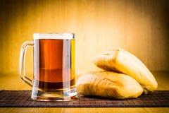 Birra di vetro su legno Immagine Stock