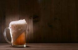 Birra di vetro su priorità bassa di legno fotografie stock libere da diritti
