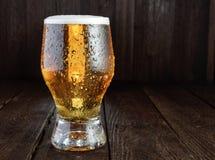 Birra di vetro sulla tavola rustica Orientamento orizzontale Fotografia Stock