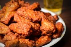 Birra e ale di pollo fritte fotografie stock