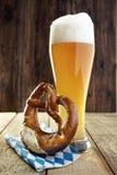Birra e ciambellina salata, Oktoberfest Immagine Stock