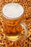 Birra e ciambelline salate Fotografia Stock Libera da Diritti