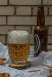 Birra e ciambelline salate Immagini Stock