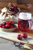 Birra e ciliegia leggere del mestiere della frutta fotografia stock
