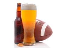 Birra e gioco del calcio fotografie stock libere da diritti