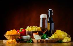 Birra e patatine fritte ed ingredienti Fotografie Stock