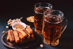 Birra e spuntini impostati pub, ristorante, alimento della barra fotografia stock libera da diritti