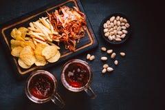 Birra e spuntini impostati pub, ristorante, alimento della barra immagini stock