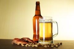 Birra e spuntino immagini stock libere da diritti