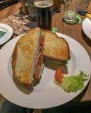 Birra e un panino al pub irlandese di periodi a Praga, Czechoslo fotografia stock