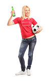 Birra femminile della tenuta del fan di sport e un calcio Fotografia Stock
