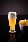 Birra fredda con i chip Fotografia Stock
